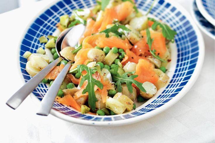 Kijk wat een lekker recept ik heb gevonden op Allerhande! Lauwwarme aardappelsalade met gerookte zalm