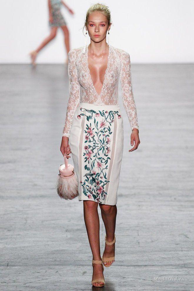 Tadashi Shoji представил коллекцию, в которой найдется вечерний наряд на любой вкус: здесь и лаконичные юбки, и полупрозрачные блузки, и коктейльные платья с перьями, и поистине роскошные вечерние платья для красной ковровой дорожки.