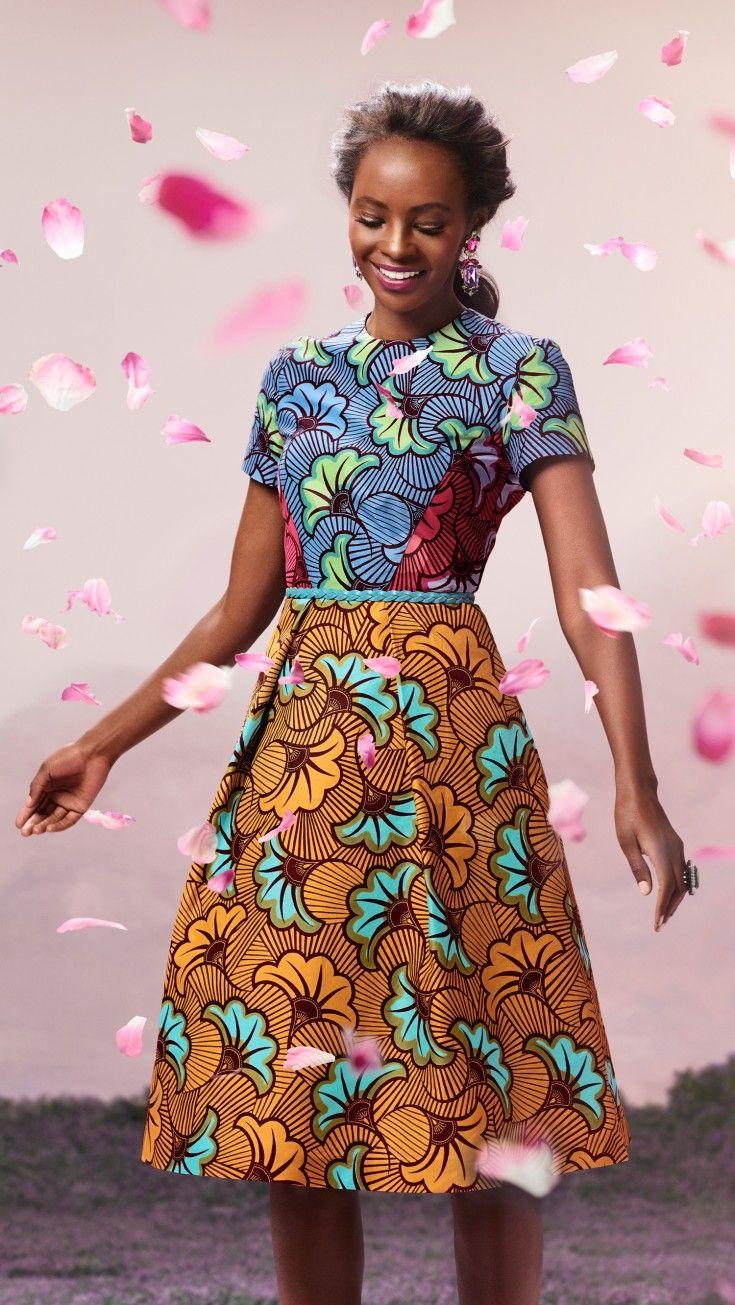 Cette robe cintrée à manches courtes et jupe volumineuse associe...