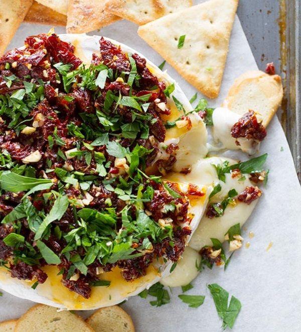 Gyors, diétás, de különleges vacsorára vágysz? Válaszd ezt a lágy sajtot, ízesítsd fűszerekkel, süsd meg egyben. Egy kevés salátával, c...