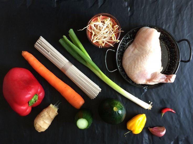 Soba nudle, kuřecí kousky, zelenina a sojový vinaigrette schilli
