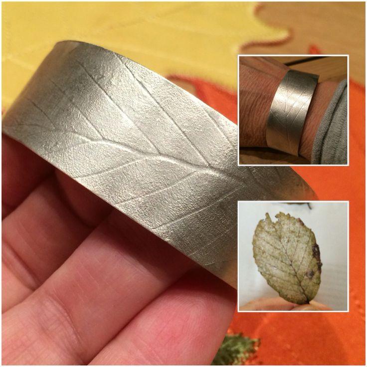 Herfstbladafdruk op een zilveren armband. Blad op het zilver geplakt en door de pers gehaald. Mooi resultaat. Daarna oppoetsen met de staalborstel om de nerven zichtbaarder te maken.
