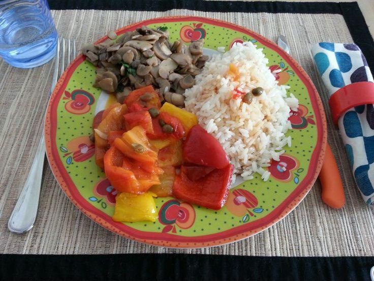Arriva la primavera? Accogliamola con un bel pranzo colorato, semplice e salutare: riso basmati con accanto  funghi trifolati e peperoni con capperi!