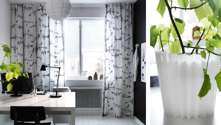 Bureau avec rideaux à motifs et store IKEA, garniture cache-pot réalisée avec les restes d'un store plissé IKEA