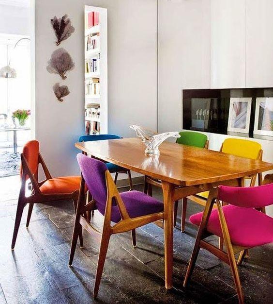 Chaises dépareillées - même style avec des modèles différents et des couleurs différentes http://www.homelisty.com/chaises-depareillees/