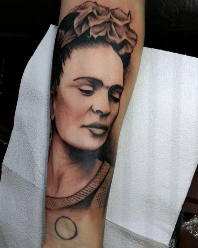Una Frida de hoy, gracias por mirar 🙂✌️#tattoostudio #elatelier #argentinatattoo #buenosairestattoo #adrogue #tattoos #tatuajes #fridakahlo #blackandgrey
