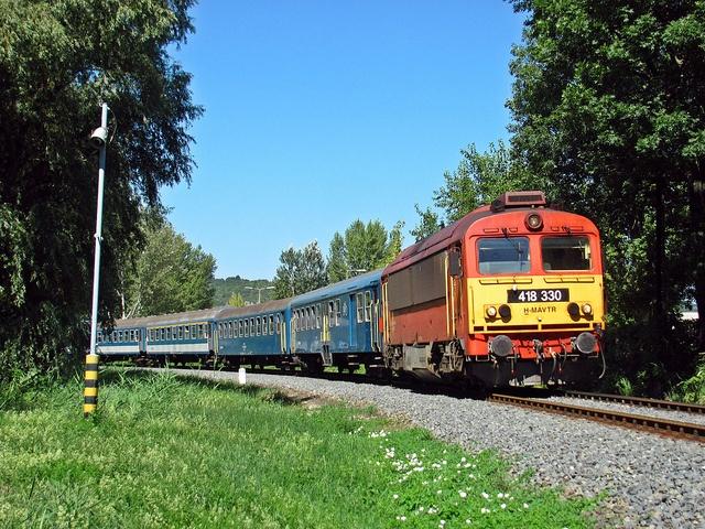 A 418 330-as remot Csörgő az 1975-ös gyorssal halad a fűzfői ívben.    418 330 with fast train No.1975, in Balatonfűzfő.     Kedvenc helyeim szintén: