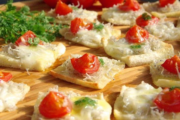 『しらす』を使ったお手軽ピザのご紹介です。『チチニエッリ』とはイタリア・ナポリの有名な『しらすピザ』のこと。ピザ生地よりも手軽に用意できる『食パン』とピザソースの代わりに味の濃い『ミニトマト』を使って、簡単フィンガーおつまみを作ってみましょ♪