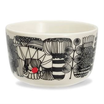The Siirtolapuutarha small bowl is part of the In Good Company series from Marimekko and is designed by Sami Ruotsalainen using Maija Louekari's famous pattern. The series contains cups, bowls, plates and teapots in a stylish, timeless design.
