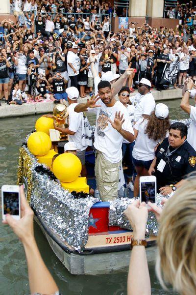 San Antonio Spurs 'live it up' with NBA championship float down River Walk - ESPN