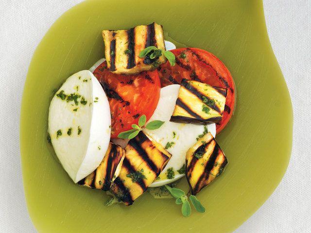 Taze Mozzarella Peyniri ile Patlıcan Izgara  Izgarayı hazırlayın. Büyük bir kasede zeytinyağ, mercanköşk ve bir tutam tuzu karıştırın. Patlıcanları tuzlayıp domateslerle birlikte, altın rengini alana kadar, düşük-orta ısıda ızagara yapın. (Domatesler için 4 dakika patlıcanlar için 12 dakika) Peyniri, patlıcanları ve domatesleri servis tabaklarına yerleştirin, üzerine zeytinyağ…