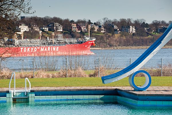 Freibad Finkenwerder (Finkenwerder) - it's summer, it's hot. Wanna relax in an outdoor pool with an amazing view and spotting the big containerships and cruise liners on the Elbe River? That's the perfect place to be...
