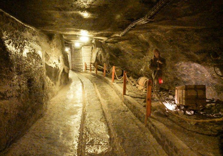 Dentro da mina de sal de Wieliczka, na Polônia.