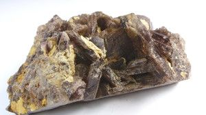 Kryształ aksynitu na kwarcu. Rzadki minerał z gromady krzemianów o charakterystycznym kształcie topora.     Pochodzenie: Skardu, Pakistan  Wymiary: 8 x 6 x 3.5 cm  Waga: 169 grama