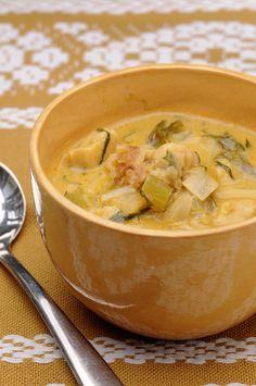 Recette de Soupe au lait de coco, poulet, échalote et poireau. Il vous faut : lait de coco, bouillon de volaille, filets de blancs de poulet, échalotes, poireaux, huile, Gingembre en poudre, curry en poudre, sel