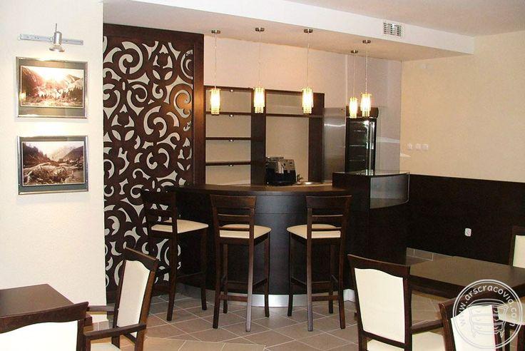 Kawiarnia - ażurowa ścianka parawanowa wykonana z wodoodpornej fornirowanej sklejki wycinanej wodą w oryginalne, regionalne wzory.