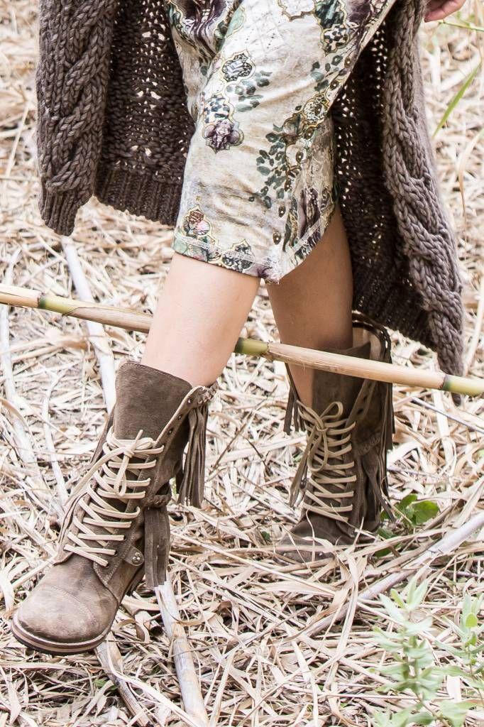 Hoge suède boots van Isla Ibiza met die oh zo populaire lange franjes, veters en…