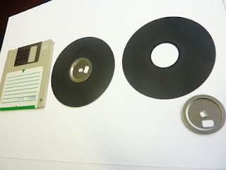 Blog section on recycling floppy disks into several art projects. Tutorials may need to be run through translation.