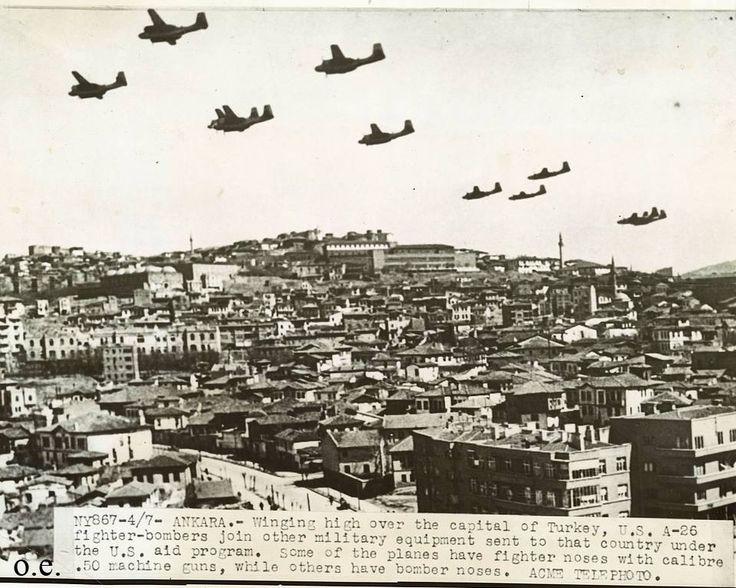 Sanırım Türkiye'de ilk olarak yayınlanan bir Ankara fotoğrafı, 1948. II. Dünya Savaşı sonrası Marshall Yardımları çerçevesinde ABD tarafından Türkiye'ye askeri yardım olarak gönderilen Amerikan A-26 Douglas Invader Bombardıman uçakları. Ulus üzerinde. Bazı uçaklarda 50 kalibrelik makineli tüfek bulunuyorken bazıları ise bombardıman aparatlı.