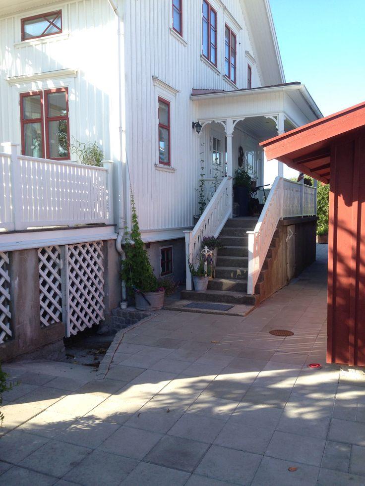 Skärgårdshus lada Entré trappa betong zinkbaljor humle jätteverbena lavendel