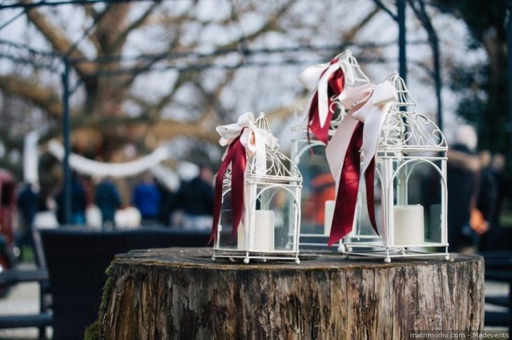 Decorazioni con lanterne, candele e nastri di raso per un matrimonio dai colori invernali