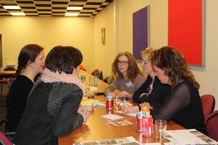 In kleine groepjes werd gediscussieerd over diverse 'vrouwenzaken'.