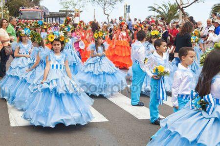 Funchal, Madeira - 20 Nisan 2015: Performans katılan çiçek Festivali geçit Madeira Adası, Portekiz üzerinde renkli ve ayrıntılı kostümleri ile - Stok İmaj #73665623
