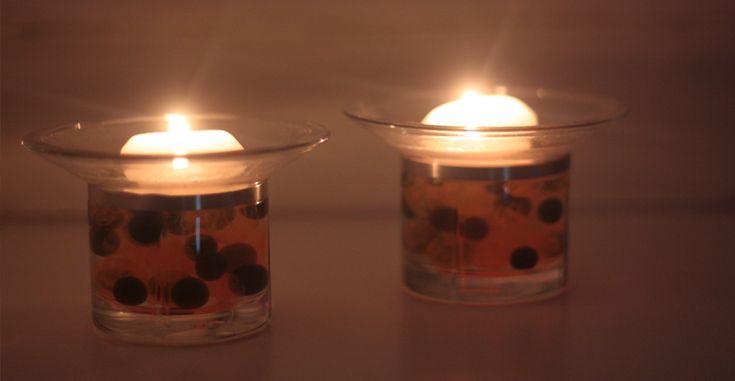 Denne dekoration er utrolig simpel. Den består af sorte vandperler og orange marmor vandperler. De er blandet sammen i en skål og derefter hældt op i fyrfadsstagen. Derefter hældes der vand i, og så et flydende lys i toppen. Dette giver en utrolig fed effekt om aftenen, når lyset lyser perlerne op. I hvert fald er denne dekoration perfekt til lys på bordet til en fest. Hvis ikke man har så mange fyrfadsstager som denne type, kan almindelige drikkeglas fyldt op med vandperler også sagtens…