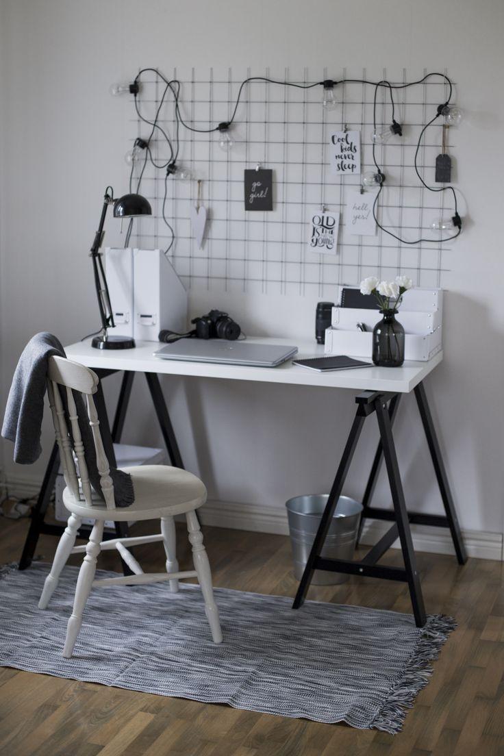 Workingspace in my house. IKEA, Lagerhaus, Byggmax.  Benbockar och bordskiva blev ett snyggt skrivbord. Galler blev en snygg anteckningstavla, ljusslinga och kort blev snygga inredningsdetaljer. Svart och vit inredning. En arbetsplats i vardagsrummet - precis som jag vill ha det!