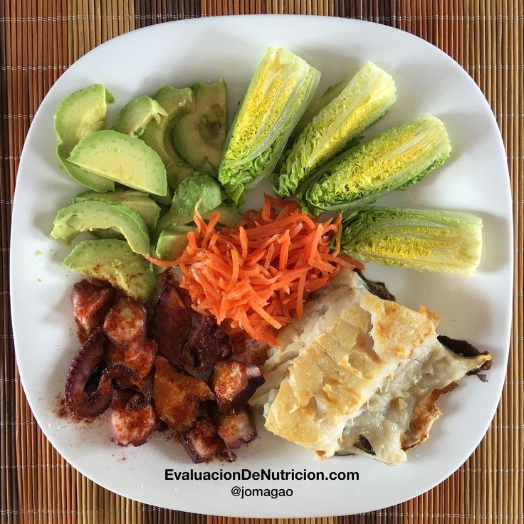 Almuerzo de hoy: 200 g de bacalao fresco al corte, pulpo con pimentón y aceite de oliva virgen extra, una lechuga pequeña, zanahoria ecológica y aguacate.  EvaluacionDeNutricion.com