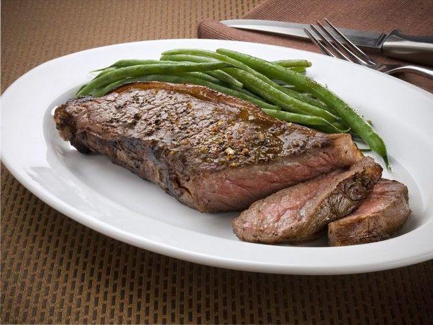 La carne bianca è perfetta a dieta perché ha pochi grassi.La carne bianca, non solo è più magra, ma contiene anche acido linoleico, una sostanza che stimola il corpo a smaltire le cellule adipose. Ma se non riuscite proprio a rinunciare a una grigliata di carne rossa, potete scegliere tra quelle meno caloriche. La carne di struzzo è, tra le carni rosse, quella più ricca di ferro e povera di calorie. Ne ha solo 100 ogni 100 grammi.