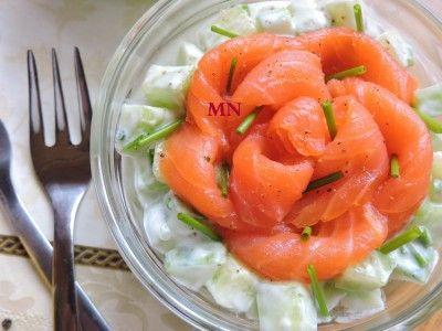 Огуречный салат с копченым лососем