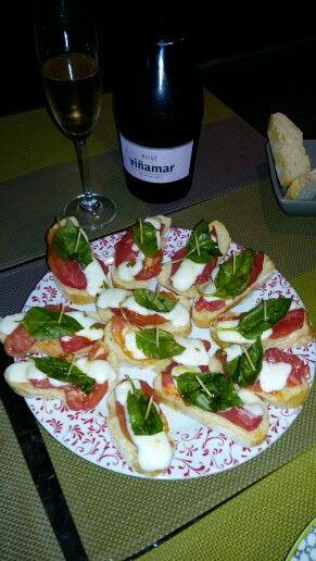 Bruschettas tomate rosado, queso de cabra aceituna y albahaca