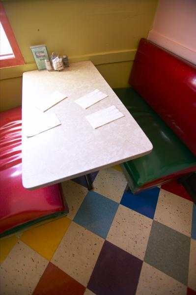 How to Paint a Formica Tabletop!  I might actually paint my old kitchen table if this works!