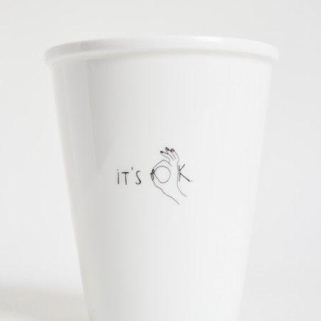 helen b – alias voor Helen Blanchaert – is een creatieve duizendpoot. Haar illustraties vormen een universum van grappige karakters, dieren, vreemde creaturen en geanimeerde letters. Deze komen eerst tot leven aan haar tekentafel en krijgen daarna een nieuw leven op porselein. Dit bekertje maakt je ochtend helemaal oké!