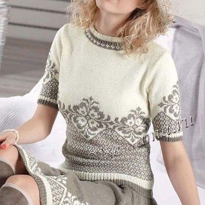Благодаря легкому ретро-шарму цветочный узор завораживает взгляд как на пуловере с коротким рукавом, так и на юбке. По отдельности эти модели превосходно сочетаются с джинсами и топами.