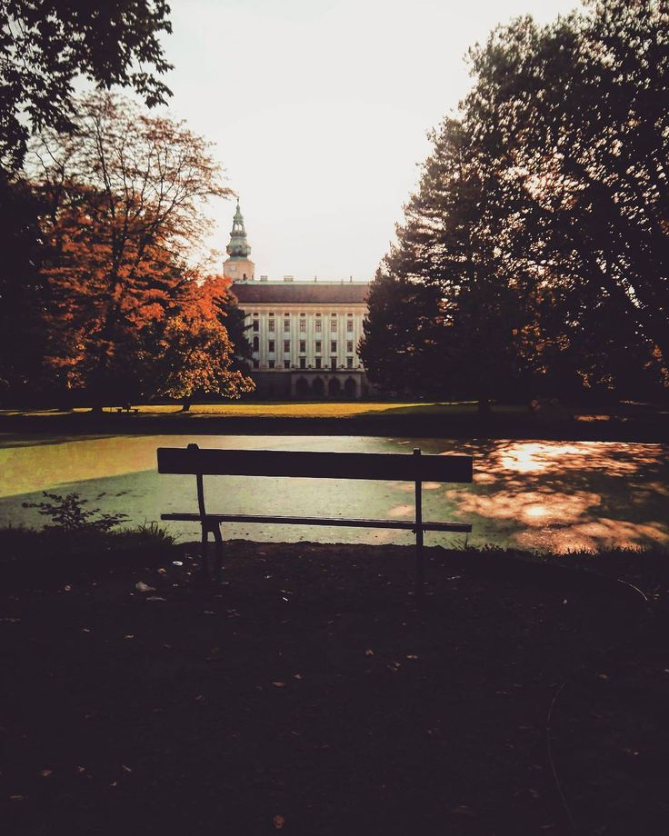 Oprócz imponującego Ogrodu Kwiatowego w Kroměříž znajduje się również Ogród Zamkowy z imponującym Pałacem Arcybiskupim. Wszystkie te zabytki są wpisane na listę UNESCO co sprawia że to niewielkie miasto jest jednym z najpiękniejszych w całych Czechach   _____________ #docelowo #Kroměříž#kromeriz#czechrepublic#Cz#ceskarepublika#Czechia#Czechy#Fall#autumn#weekend#park#trees#Sunday#instalike#instapic#instaphoto#instamood#instagood#travel#travelling#traveller#vsco#vscocam#vscogood#sunset