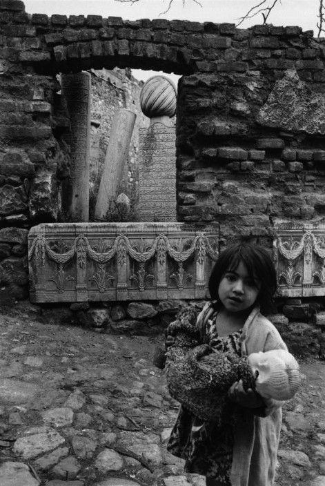 Ara Güler; Zeyrek'te Osmanlı mezarları, çocuk ve oyuncak bebeği, 1957