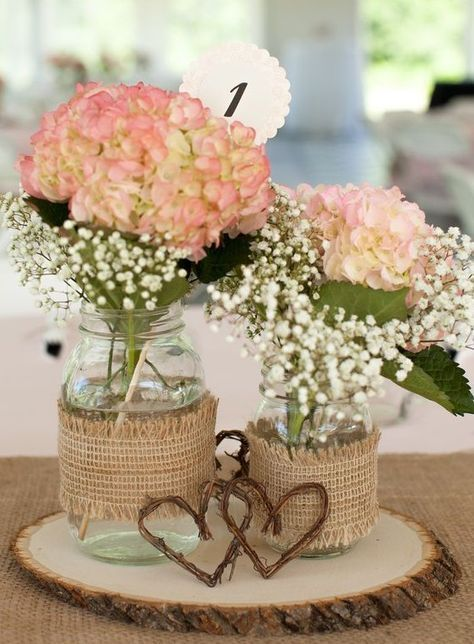 tafelkleed met geplukte tafelloper en tafeldecoratie met hout en bloemen in …  – Hochzeit