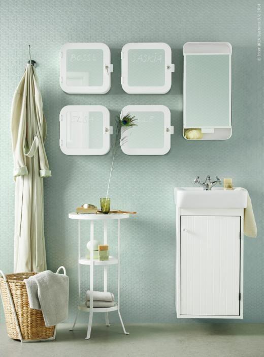 GUNNERN kvadratiskt och låsbart spegelskåp med 1 dörr, högsmalt spegelskåp med 1 dörr samt pelarbord, KASTANJENÖT kruka i vattenhyacint. SILVERÅN tvättställsskåp.