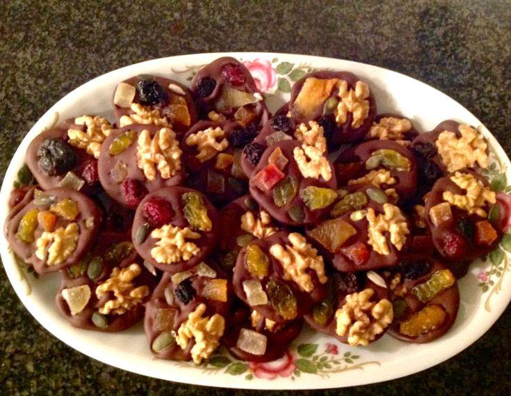 Had nog pure chocolade, noten, zaden en gedroogd fruit in huis. Heb daarmee gauw wat gezellige chocolaatjes (chocoladeflikken) gemaakt. Dat wordt heerlijk (redelijk) verantwoord snoepen.