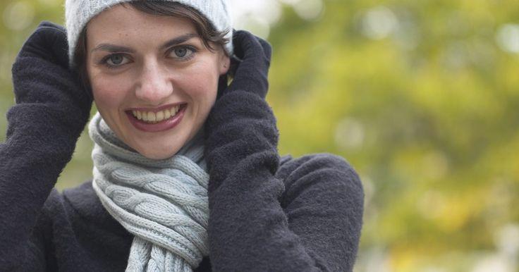 Como usar um cachecol de inverno com um casaco com capuz. Para se manter aquecido e parecer bem vestido no inverno, pode-se usar um cachecol com um casaco com capuz. Dobrar o lenço ao meio duplica a espessura e impede que o lenço fique pendendo para baixo, a ponto de ficar envolto nas suas coxas enquanto você anda. Colocar um cachecol de inverno com um casaco com capuz leva apenas alguns segundos e vale ...