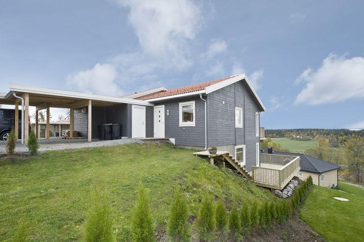 Inngangsparti, Emma på skrånet tomt. Denne boligen er satt sammen med en tilsvarende bolig for å skape en tomannsbolig.