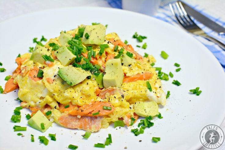 Der Räucherlachs mit Avocado-Rührei ist ein Powerfrühstück, das Proteine und gesunde Fette enthält und Energie für den richtigen Start in den Tag spendet.