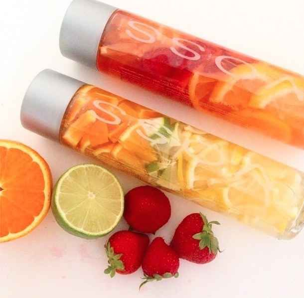 Las bebidas- El vaso de agua tiene muchas frutas. Puedes poner naranjas, limón, y fresas. Tengo sed para agua con las frutas. Calories: 0