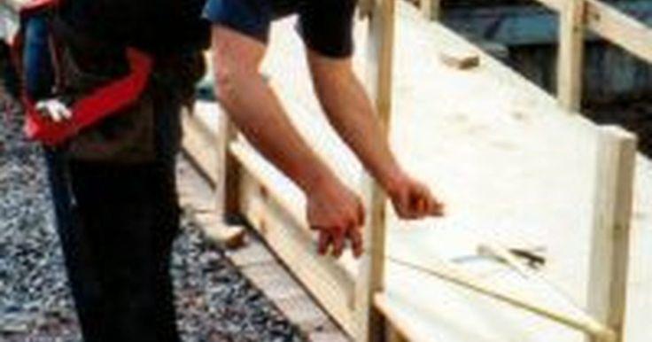 Cómo construir rampas para sillas de ruedas. Una rampa bien construida le da acceso a una persona discapacitada para entrar y salir de una residencia o un negocio. Cuando construyes una rampa para sillas de ruedas, hay unas especificaciones mínimas que debes satisfacer. Hay tres categoría principales de rampas para sillas de ruedas: las rampas con bermas, cuando el nivel del suelo está ...