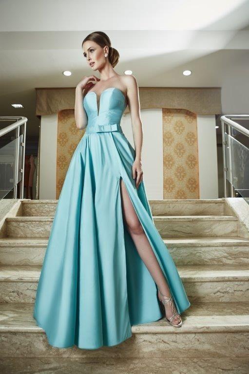 A cor azul tiffany é encantadora! Neste vestido criado pela estilista Inês Maximus, combinou perfeitamente com o corte godê em tecido zibeline. Uma peça delicada e, ao mesmo tempo, sensual, com direito a fenda e decote um pouco mais ousados!