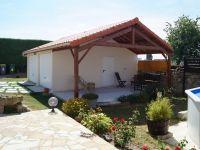 Garages et abris préfabriqués béton - Double entrée avec patio aménagée. #garage