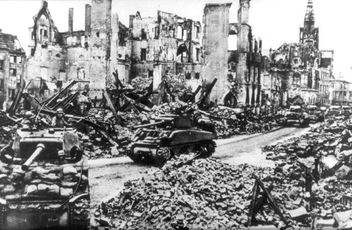 Alliierte Panzerkolonne auf dem Prinzipalmarkt in Münster, April 1945  Objekt: Münster, Stadtarchiv  Foto: Münster, LWL-Medienzentrum für Westfale…