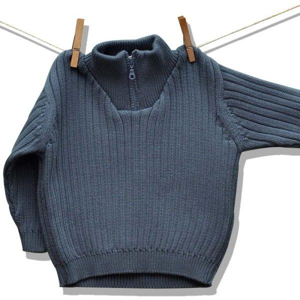 Το ζιβάγκο πουλόβερ με χοντρή πλεκτή ύφανση ριμπ φτιάχνεται από 100% οργανικό βαμβάκι. Ανοίγει με φερμουάρ στο λαιμό και έχει και ριμπ μανίκια. Απλικαρισμένο ψηλά στη πλάτη. Σε δύο χρώματα. ...